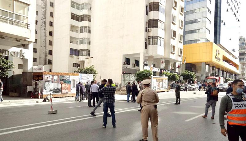 خطير… انهيار تربة في ورش بناء عمارة وسط مدينة طنجة في إنتظار إنقاد العمال